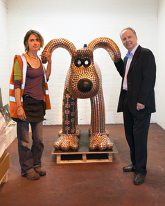 The Gromit sculpture. On the left its creator, Newport artist Stephanie Roberts; on the right The Royal Mint?s Chief Engraver, Gordon Summers. © The Royal Mint.