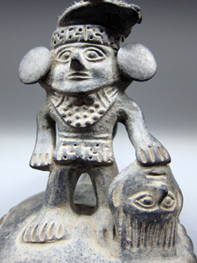 Chimú / Peru. Vessel with ruler holding a head trophy. 11th to 15th CE. Photo: KW.