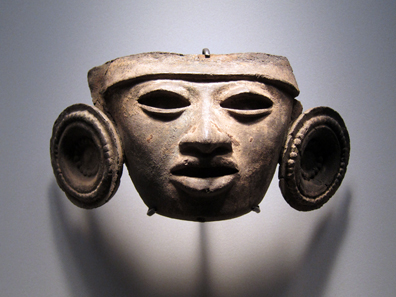 Teotihuacán / Mexico. Mask with earlobe disks. 3rd to 7th century CE. Photo: KW.