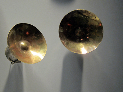 Chimú / Peru. Two earlobe disks. 11th to 15th century CE. Photo: KW.