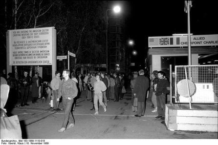Checkpoint Charlie in the night of November 10, 1989. For the very first time for decades it was possible to pass without being controlled. Photograph: Bundesarchiv, Bild 183-1989-1110-018/Oberst, Klaus/CC-BY-SA.