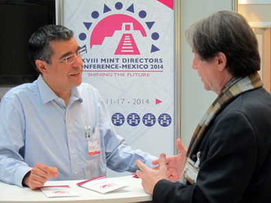 Eduardo Padrón explaining to an interested journalist the advantages of the MDC. Photo: UK.