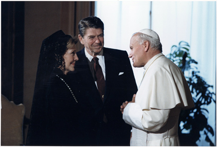 US President Ronald Reagan and his wife meet John Paul II in the Vatican, in 1982. Photo: U.S. National Archives and Records Administration.