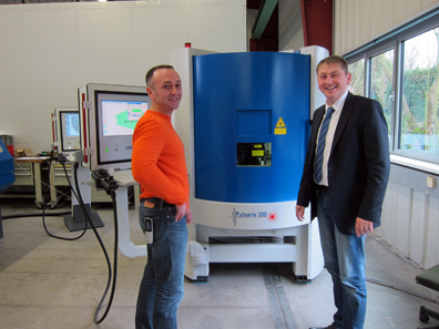 Joachim Steidel demonstrates the production capacity of the Pulsaris 300. To the left: Mr Bauer, application engineer. Photo: UK.
