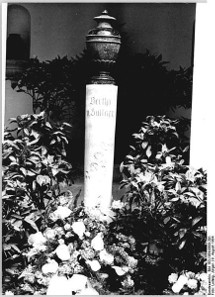 The urn of Bertha von Suttner in the columbarium of the main cemetery at Gotha. Photograph: Jürgen Ludwig / Bundesarchiv, Bild 183-1984-0809-301 / CC-BY-SA / http://creativecommons.org/licenses/by-sa/3.0/de/deed.en