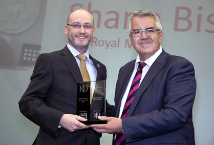Shane Bissett (left) receives his Director's Award from IoD Wales director Robert Lloyd Griffiths / courtesy of www.huwjohn.com.