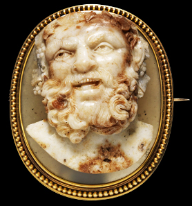 1162: Bust of Silenus with facial features of Socrates. Probably Rome, 2nd half 17th cent. 5.1 x 4.1 x ca. 2.2 cm. Large oval-shaped cameo, layered sardonyx. Intact splendid specimen. Estimate: 6,000 euros. Hammer price: 9,500,- euros.