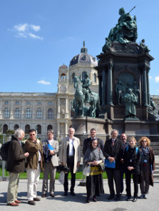 A group of speakers and participants in front of the monument of Maria Theresa (featuring inter alia a statue of Eckhel); in the background the Kunsthistorisches Museum. © ÖAW, Vienna.