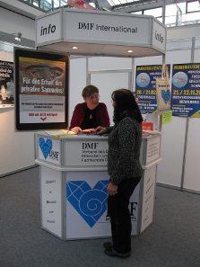 Ursula Kampmann informs a collector about the repercussions of the new legislation. Photograph: KW.
