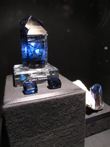 With 11,000 carat and a height of 22 centimeters, the Kilimanjaro is the world's largest individual tanzanite crystal. This is only one of many exhibits from the breath-taking show