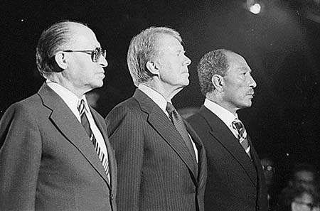 Menachem Begin, Jimmy Carter and Anwar Sadat in Camp David, 7. September 1978. Photo: Jimmy Carter Library: Carter White House Photographs Collection, 01/20/1977 - 01/22/1981; Camp David Summit; 3 leaders at Marine Corps Parade, 09/07/1978 - 09/07/1978. / Wikipedia.