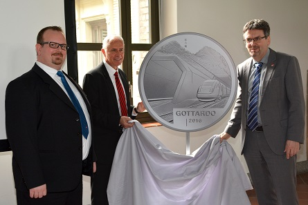 The design of the silver coin Gottardo 2016 is being unveiled. From left to right: Marius Haldimann, CEO Swissmint, graphic artist Fredy Trümpi, responsible for the coin's design, and Dr Peter Füglistaler, Director Swiss Federal Office of Transport. Photograph: Swissmint.