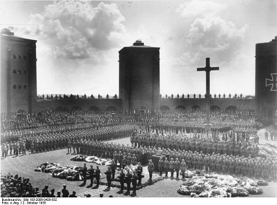 Burial of Paul von Hindenburg in the central yard of the Tannenberg Memorial, 1934, and speech by Adolf Hitler. Source: Bundesarchiv, Bild 183-2006-0429-502 / CC-BY-SA.