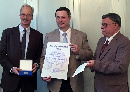 Jürg Richter receives the honorary certificate from the hands of Marcel Häberling (l.), President of the Association of Swiss Professional Numismatists, and from Lutz Neumann-Lysloff (r.) as the Association's Secretary General. Photograph: UK.