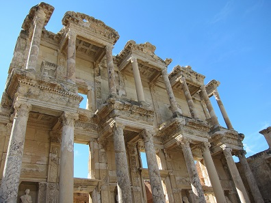 The Library of Celsus. Unearthed in 1905/6, it was rebuilt from 1970 until 1978, funded by the Austrian 'construction-tycoon' Anton Kallinger-Prskawetz and the Austrian Association of the Friends of Ephesus. Foto: KW.