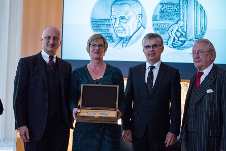 Finance Minister of the State of Baden-Württemberg, Edith Sitzmann MdL, and Mint Director, Dr. Peter Huber, gifting the representatives of Andreas Stihl AG with the art medal. From left to right: Dr. Nikolas Stihl, supervisory and advisory board chairman and grandson of the company's founder, Edith Sitzmann, Dr. Peter Huber, Hans Peter Stihl, former head of the company and son of Andreas Stihl. Photo: State Mints of Baden-Württemberg.
