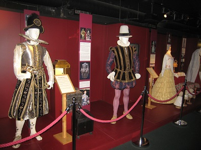 Historic costumes at the museum of the Globe Theatre / London. Photo: Reni002 / CC3.0.