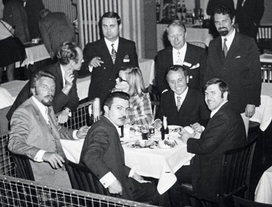 Initial talks about founding an association of the coin show organizers took place on the evening before the 1st Bayerischer Münztag in 1970. Everyone involved in the foundation on 26 June 1971 is present in this image: At the table, seated in the middle, is Albert M. Beck who would later become the first chairman and general secretary of the OEMB, Brigitte Landenberger, Hamburg, to his left, Gianfranco Lissoni, Milan, to his right. Behind Albert Beck, there are Gerhard Richter, Berlin, front left is Walter Osterwald, founder of the Munich coin fair, the precursive event of Numismata. Photo: AMB.