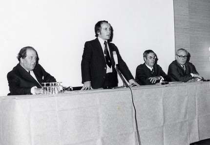 It was already on occasion of the 5th Basel coin fair, that a colloquium to inform collectors took place. The speakers at the time were (from l. to r.) Georg Wimmelmann, Hanover, on medals in art, Albert M. Beck on sensible collecting, Oluf Zierl, Munich, on forgeries and W. Diebold, Karlsruhe, on the coins of the Baltic states. Photo: AMB.