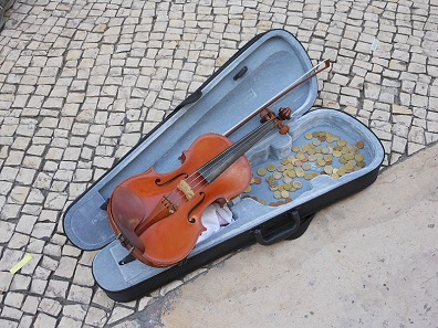 The street musicians' cases of instruments make a popular 'collecting basin' for all sorts of euro coins. Photo: Michael Coghlan / Wikimedia Commons / CC BY-SA 2.0