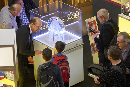 Dr. Andreas Schikora explains to future collectors what Karl Marx is all about and why the Münze Berlin honours him with a commemorative coin. Photo: WMF.