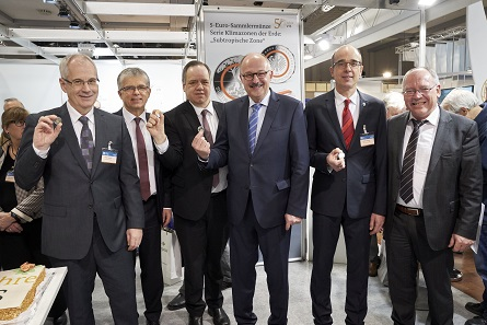Another sales hit for sure: The current Polymer-coin. From left to right: Ralph Thiemann, Hamburg mint. Dr. Peter Huber, Baden-Württemberg mints, Dr. Thomas Dress, Representative of coinage at the Federal Office of Administration, Dr. Michael Meister, parliamentary state secretary at the Federal Ministry of Finance, Dr. Andreas Schikora, Berlin mint, Günther Waadt, Munich mint.