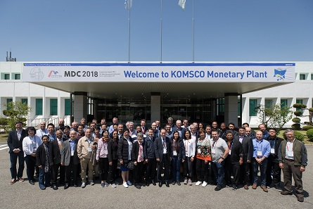 A visit at KOMSKO was also an occasion to compare the Korean mint to one's own. Photo: MDC 2018