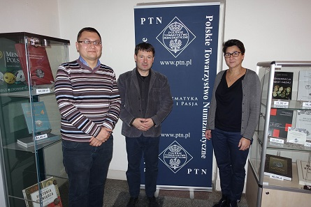 From left to right, the representatives of the Polish Numismatic Society: Szymon Bereska, board member, Przemyslaw Ziemba, president, and Barbara Solarewicz, CEO. – Although it seems like a difficult task to get Polish people to smile for a photo, I was overwhelmed by the friendly welcome. Photo: UK.