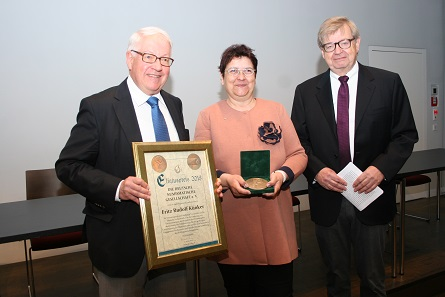 Fritz Rudolf Künker holding the Eligius Award 2018. From left to right: Fritz Rudolf Künker, Dr. Barbara Simon (President of the German Numismatic Association), Albert Raff (Chairman of the jury who is in charge of the award ceremony). Picture: DNG.