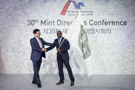 In 2020 the next MDC will take place. It will be hosted by South Africa. South Korea passes the flag to South Africa. Photo: MDC 2018.