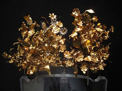 Gold wreath in the Archaeological Museum of Thessaloniki. Photograph: KW.