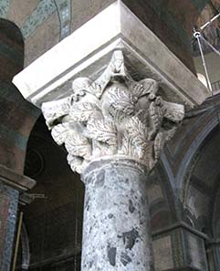 Capitel with acanthus leaves -'gone with the wind'-style. Photograph: KW.