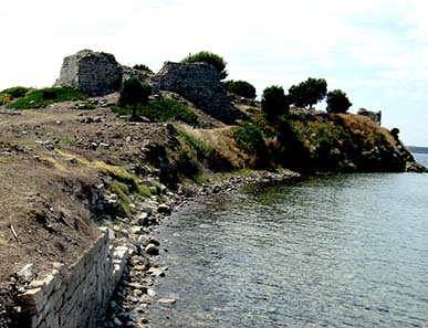 Ancient court walls with view at the Byzantine fortress. Photograph: KW.