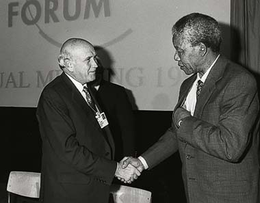 Abb. 4: Nelson Mandela and Frederik de Klerk meeting on the occasion of the World Economic Forum in Davos in 1992. From Wikipedia.