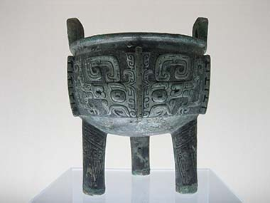 Liu ding, late Shang Dynasty. Shanghai Museum. Photograph: Mountain / Wikipedia.