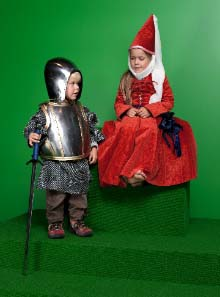 For once, children are not only allowed to look at medieval weapons and suits of armour, they can actually touch them and even wear armour. In the 'Knight's Room' girls can dress up as a medieval lady and boys can put on a knight?s harness and have their photograph taken.© Swiss National Museum.
