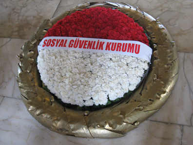 Laurel crown in front of the sarcophagus of Atatürk. Photograph: KW.
