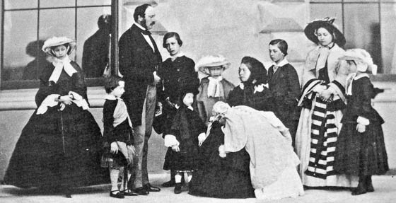 Prince Albert, Queen Victoria and their nine children. From left to right: Alice, Arthur (later Duke of Connaught), The Prince Consort (Albert), The Prince of Wales (later Edward VII), Leopold (later Duke of Albany, in front of the Prince of Wales), Louise, Queen Victoria with Beatrice, Alfred (later Duke of Edinburgh), The Princess Royal (Victoria) and Helena, 26.5.1857. Photo: Caldesi und Montecchi / Wikipedia.