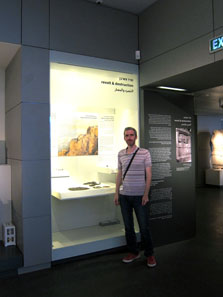 Yaniv Schauer shows us a case the Israel Museum is particularly proud of: findings from Masada. Photo: UK.