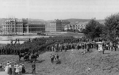 Camp service of a Valais battalion on the Kirchenfeld. In the background on the left one can see the almost finished Mint with some scaffolds still in place. Photograph around 1906. Burgerbibliothek Bern (Negative Collection Stumpf).
