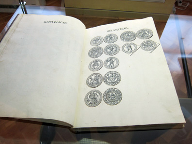 Frederick II ordered the drawings in these gorgeous volumes to be executed manually(!). Photo: KW.