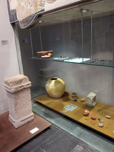 Display case with coins. Photo: KW.