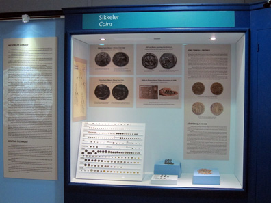 Display case with coin finds in the new Museum of Miletus. Photo: KW.